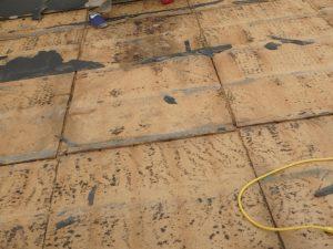 雨漏りで痛んでいる木毛板